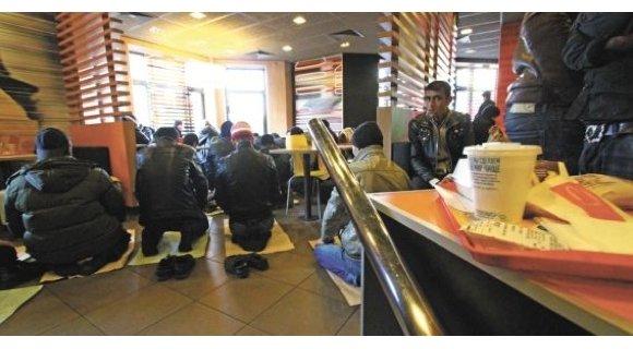 Мусульмане молятся в Макдональдсе